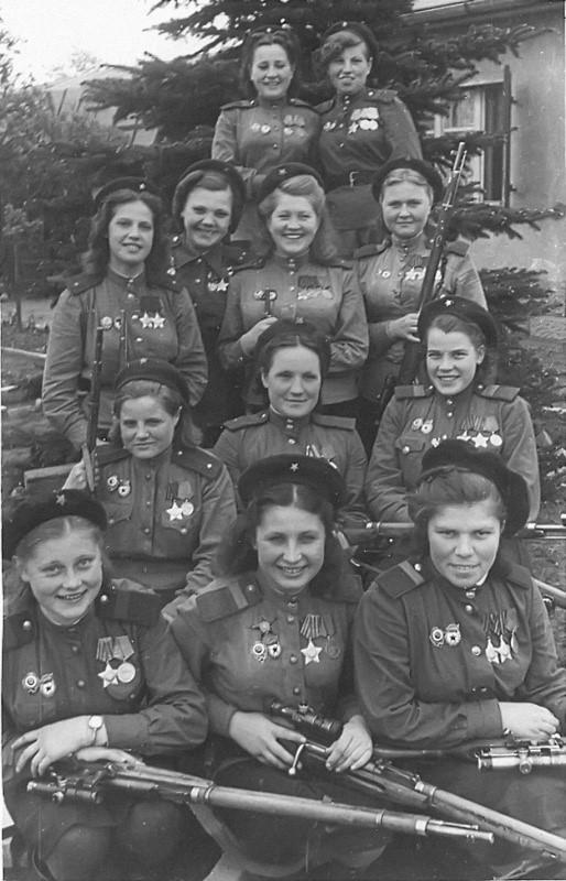 Девушки-снайперы кавалеры орденов Славы. Выпускницы ЦЖШСП. Германия. 1945 г.