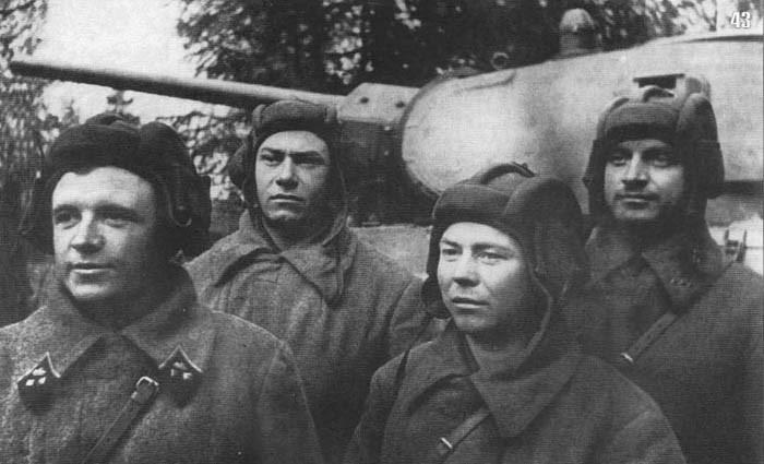 Лавриненко Д.Ф. со своим экипажем Т-34. 1941 г.