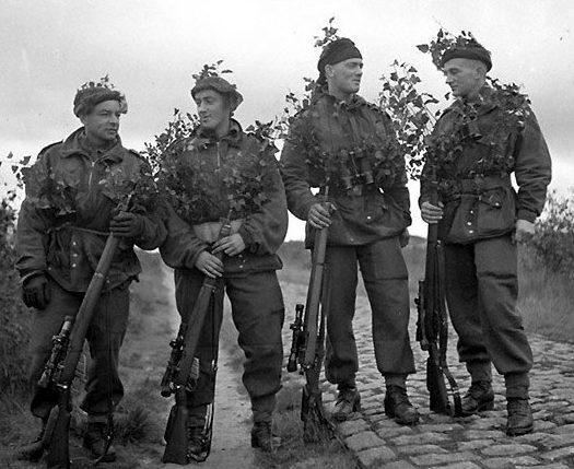 Снайперы в водонепроницаемых парашютно-десантных куртках перед выходом на задание.