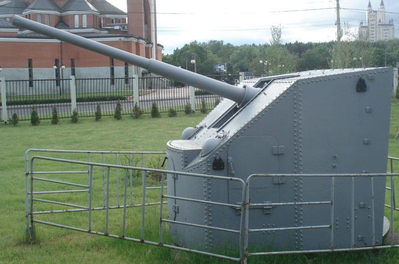 Корабельная зенитная пушка 90-К в орудийной установке МК-85