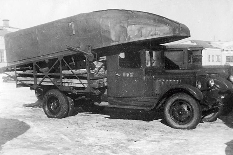 ЗиС-5А  со специальной фермой для перевозки понтонов тяжелого наплавного парка Н-2П