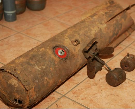 Контейнер (кассетная бомба) AB-23 с бомбой SD 2