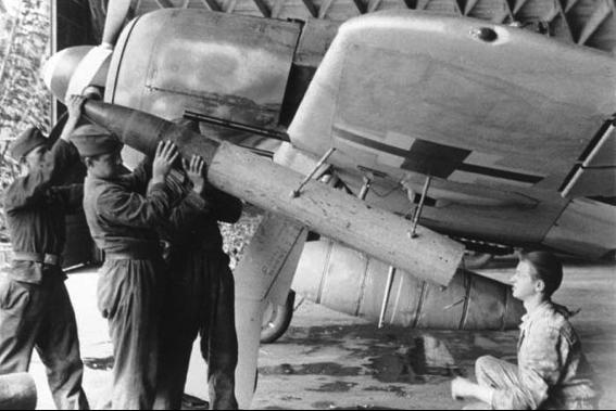 Снаряжение пусковой установки под крылом Focke-Wulf Fw 190 снарядами 21-см W.Gr.42