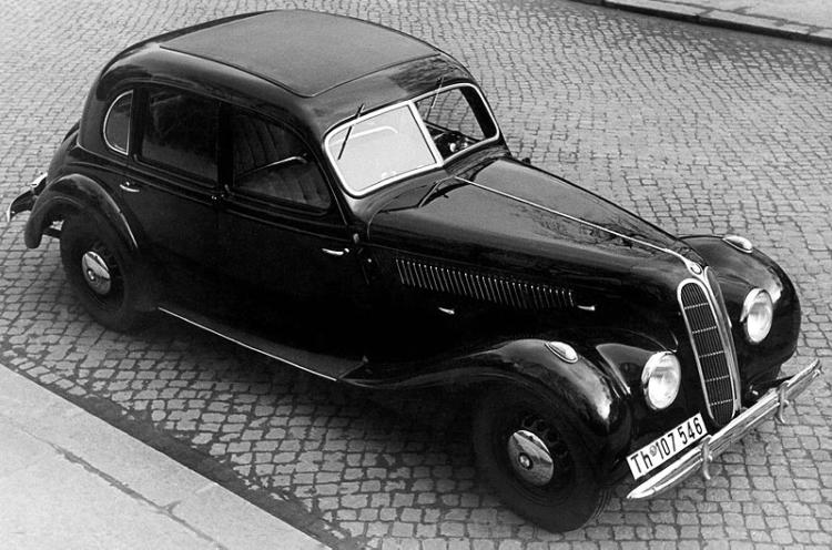 Автомобиль BMW-335 седан