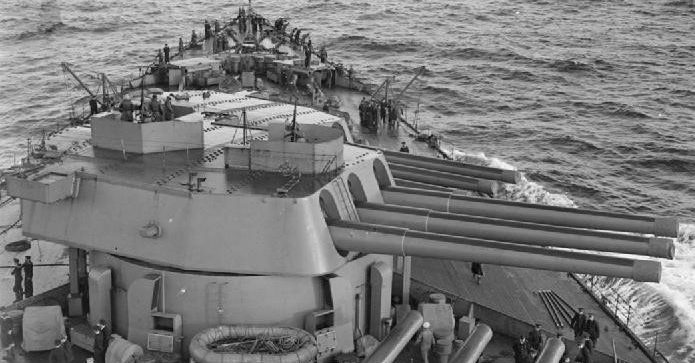 корабельное орудие BL16 inch Mk-I в трехорудийной башне на линкоре «Rodney»