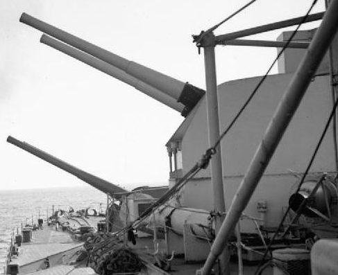 Корабельное орудие BL-6 inch Mk-XXIII в двухорудийной башне.