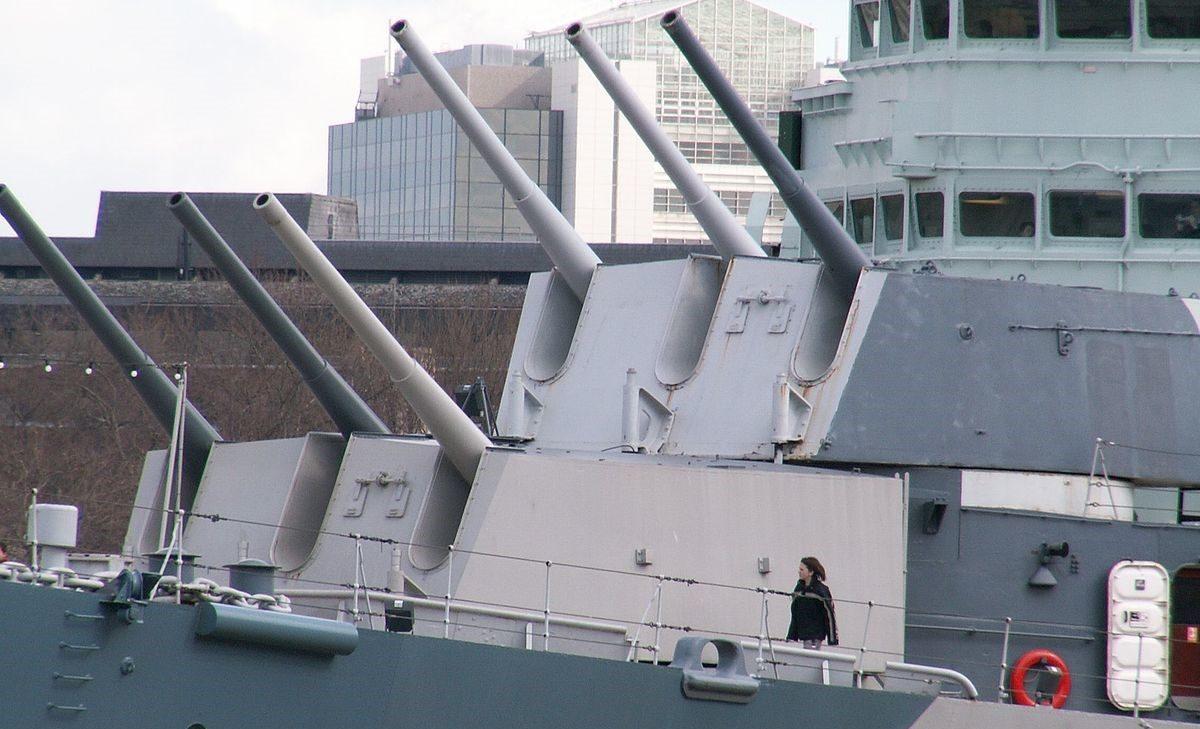 Корабельное орудие BL-6 inch Mk-XXIII в трехорудийной башне