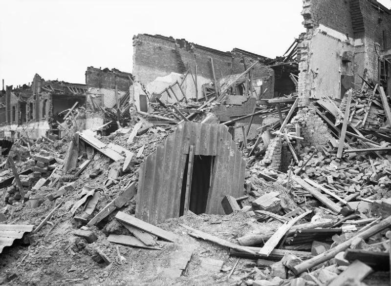 Уцелевшее бомбоубежище. Лондон. 1941 г.