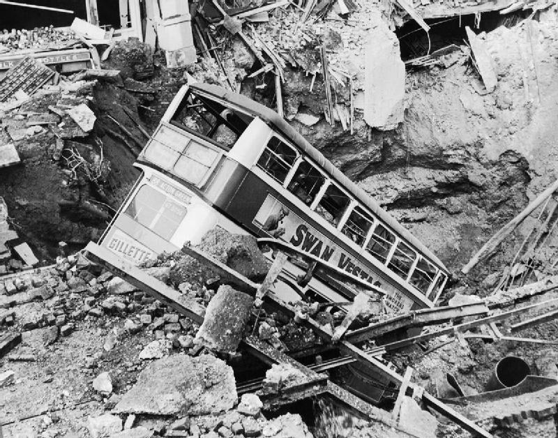 Городской автобус после воздушного налета. Южный Лондон. 1940 г.