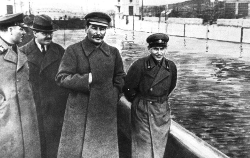 Отредактированная цензурой фотография Сталина с расстрелянным руководителем НКВД Николаем Ежовым.
