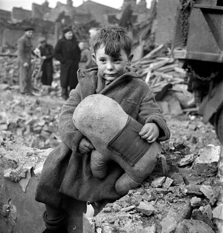 Мальчик с игрушкой на руинах дома. Лондон. 1941 г.