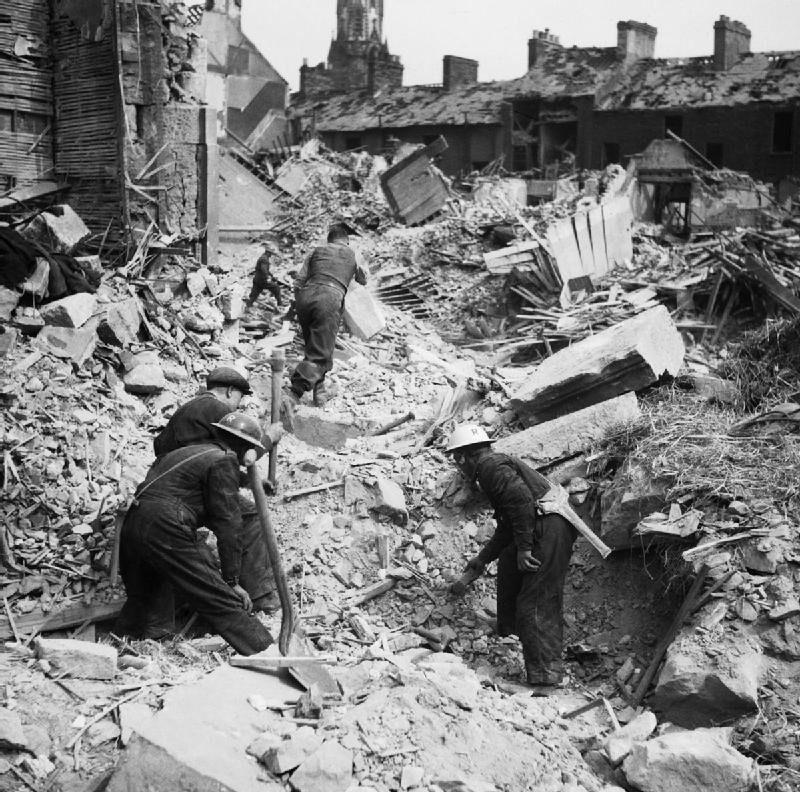 Спасатели ищут людей под развалинами. Белфаст. 7 мая 1941 г.