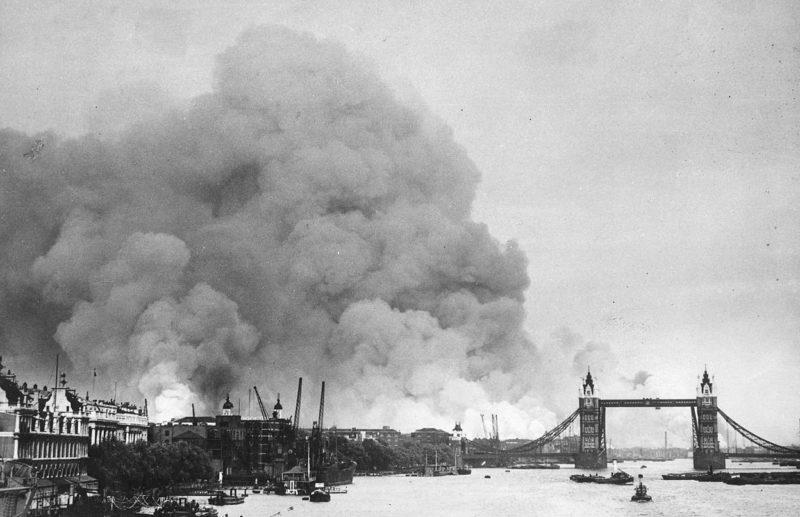 После воздушного налёта 7 сентября 1940 г. горят доки лондонского порта