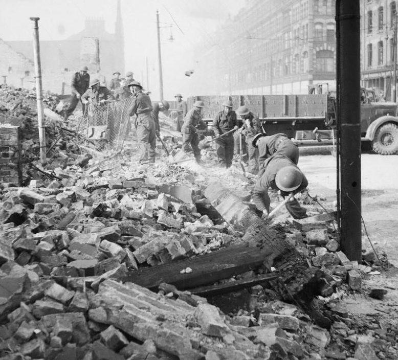 Британская армия на расчистке развалин. Белфаст. 7 мая 1941 г.