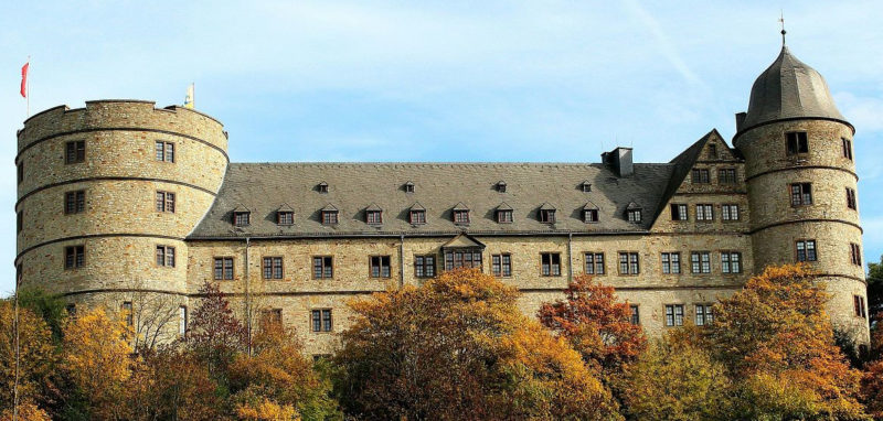 Стена с башнями замка Вевельсбург
