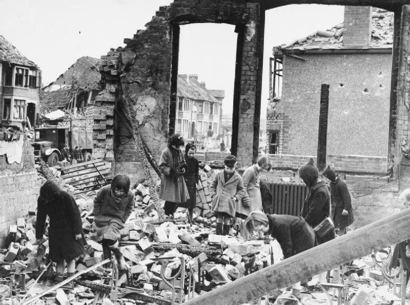 Дети собирают книги среди развалин их школы. Ковентри. 10 апреля 1941 г.