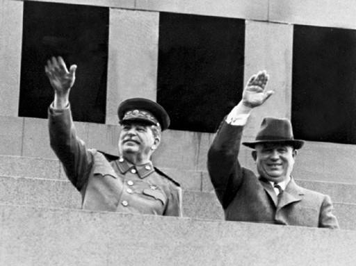 Иосиф Сталин и Никита Хрущев на мавзолее