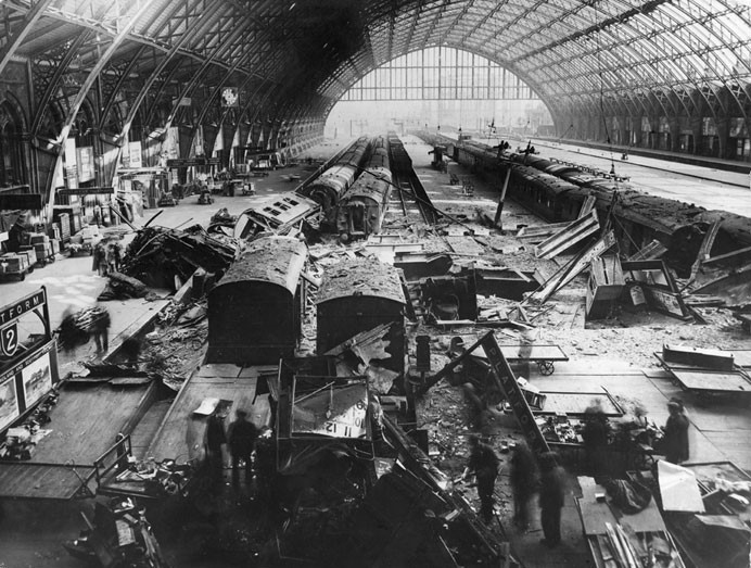 Разрушения на железнодорожном вокзале Сент-Панкрас. Май 1941 г