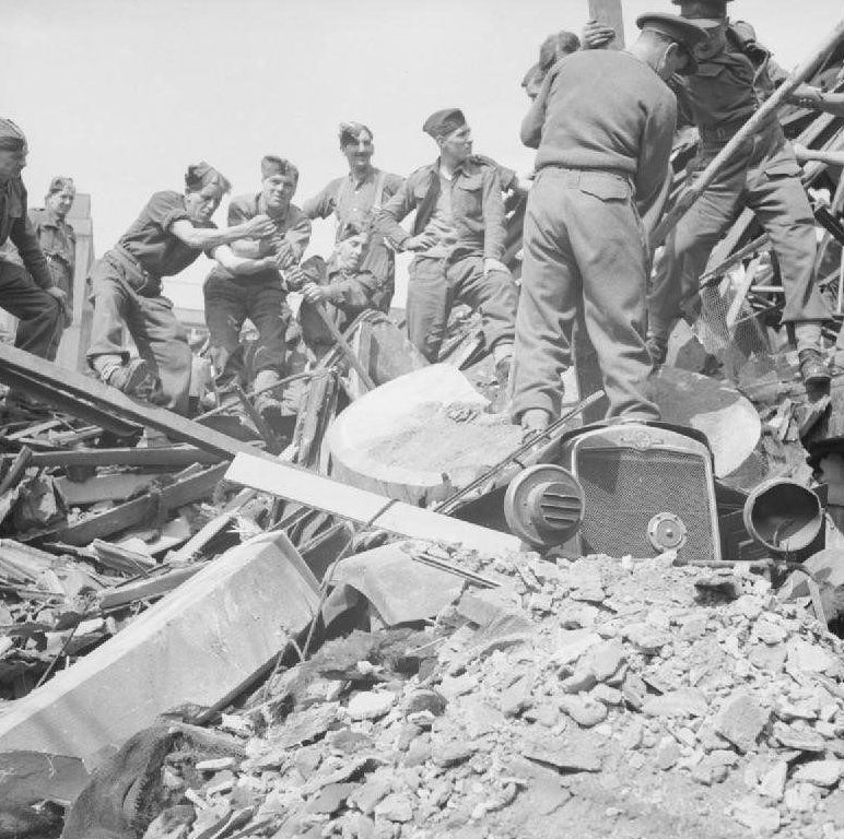Британская армия помогает в расчистке города.