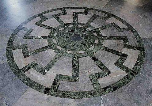 Свастика «черное солнце» в зале обергруппенфюреров