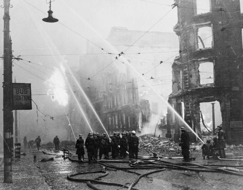 Борьба с пожаром после воздушного налета. Манчестер.1940 г.