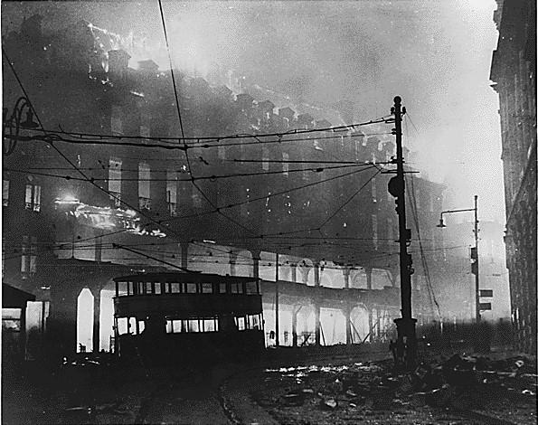 Пожар после бомбежки. Шеффилд. 1940 г.