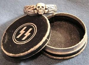 Круглая коробочка, украшенная рунами СС, для хранения кольца, которая вручалась вместе с ним
