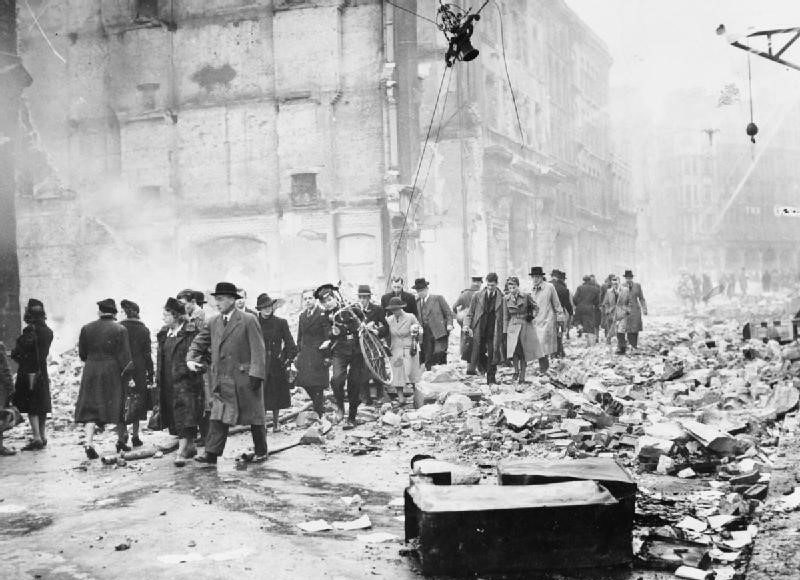 Горожане спешат на работу после ночной бомбардировки. Лондон. 1940 г.