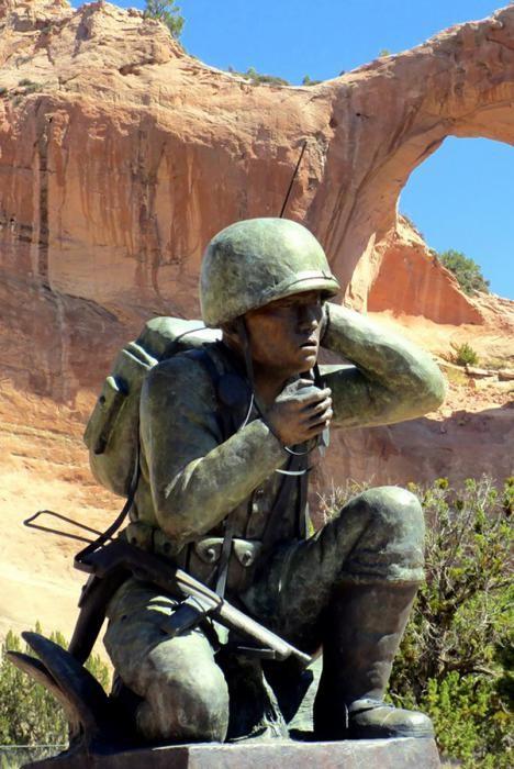 Памятник радисту навахо в городе Феникс, штат Аризона
