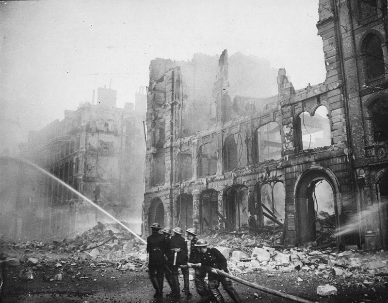Тушение пожара во время бомбардировки Лондона. 1940 г.