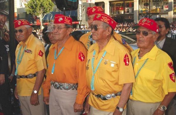 Ветераны радисты навахо на премьере фильма «Говорящие с Ветром». США, Голливуд, 2002 г.