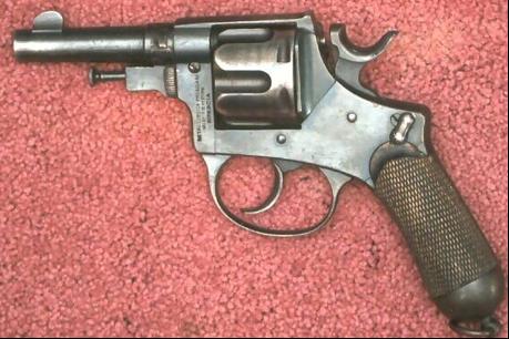 Револьвер с обычным спусковым крючком и предохранительной скобой