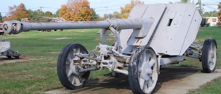 Противотанковая пушка в транспортном  положении Pak-43