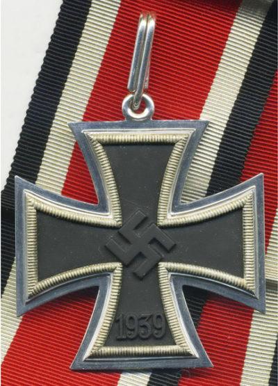 Аверс Рыцарского креста Железного креста с лентой.