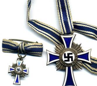 Миниатюрный крест и оригинал бронзового креста.