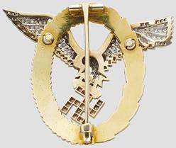 Аверс и реверс знака «Пилот-наблюдатель» в золоте с бриллиантами.