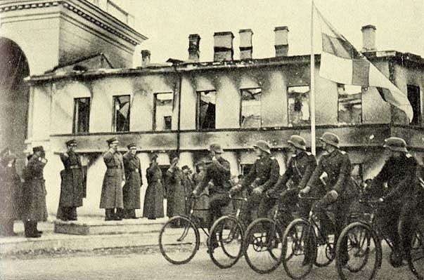Велосипедисты на параде в оккупированном Петрозаводске.