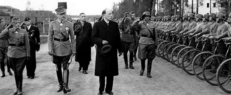 Президент Финляндии Ристо Рюти и фельдмаршал Маннергейм во время военного смотра. Июнь 1944 г.