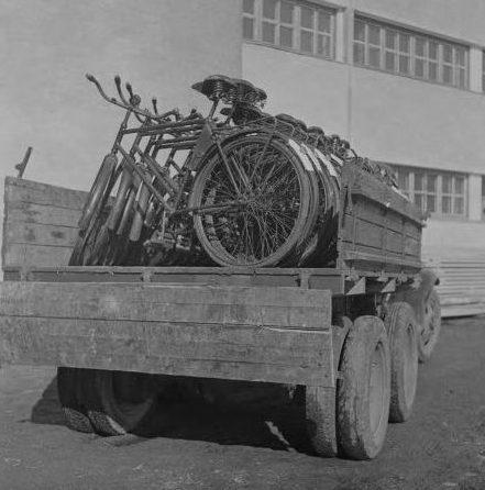 Послевоенная распродажа запасов военных финских велосипедов.
