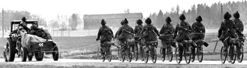 Самокатчики на буксире. 1940 г.