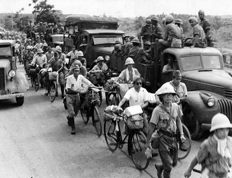 Японские пленные самокатчики покидают Сингапур. 1945 г.