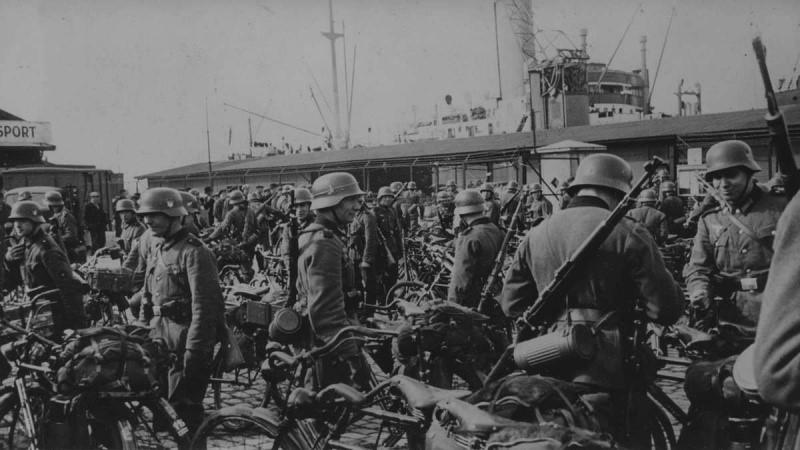 Солдаты-велосипедисты после высадки в порту Осло