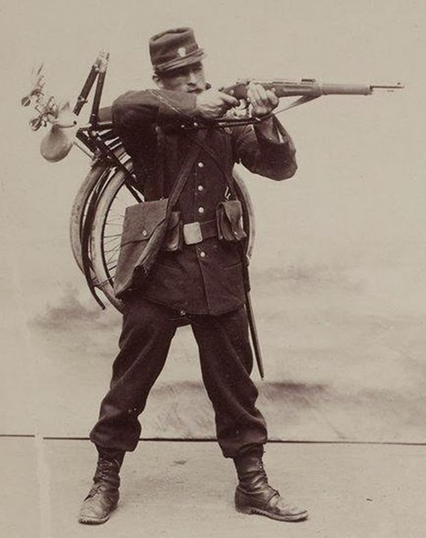 Французский солдат со складным велосипедом «Gladiator».