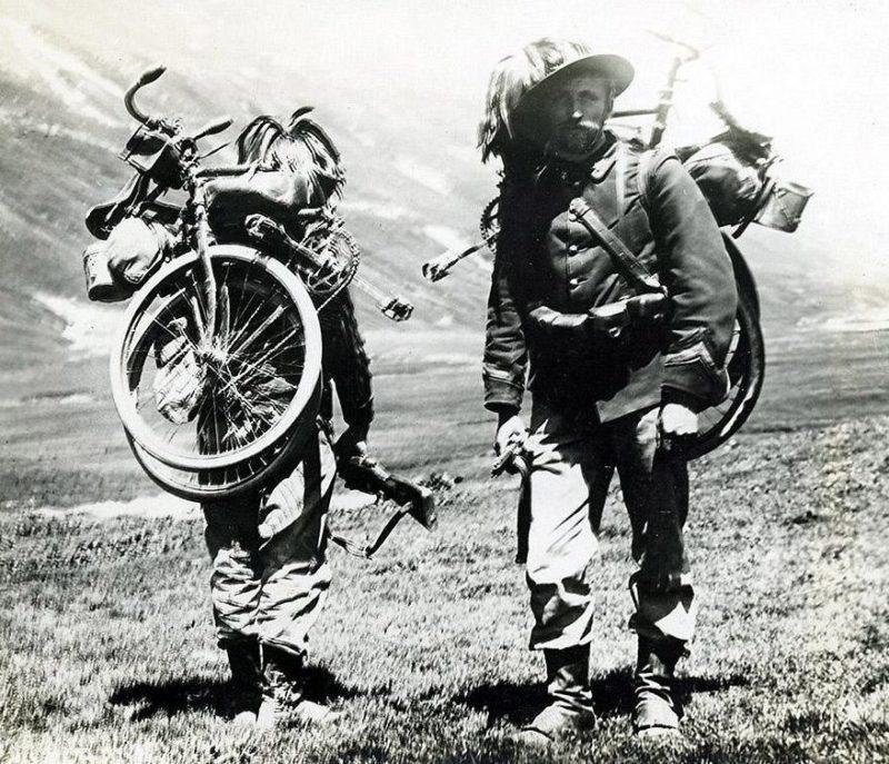 Берсальеры-самокатчики с велосипедами «Бьянки». 1917 г.