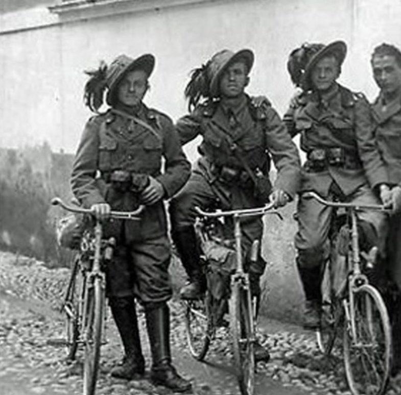Итальянские военные велосипедисты в шляпах берсальерского полка. 1924 г.