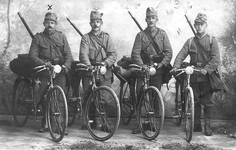 Велосипедисты в полном снаряжении. 1915 г.