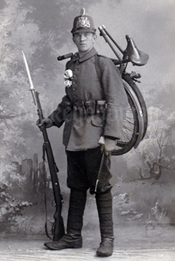 Самокатчик со складным велосипедом. 1916 г.