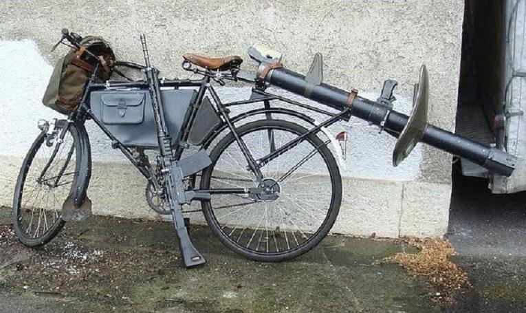 Военные велосипеды с различным «обвесом»