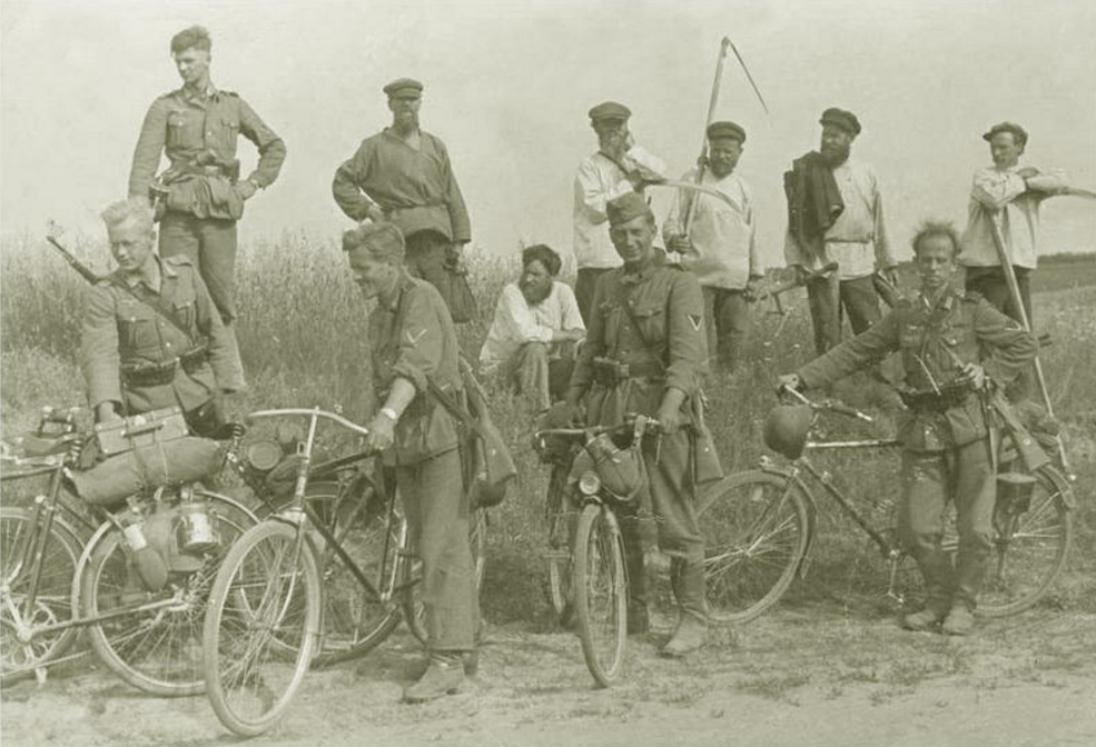 Велосипедисты на фоне русских крестьян