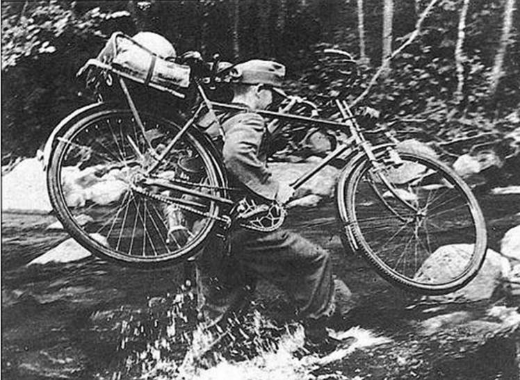 Горный стрелок преодолевает речку. Норвегия. 1940 г.